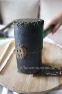 Das papyrus Mark wird mit dem Hammer flachgeklopft