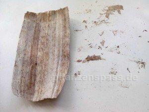 wellig und die Überreste kleben auf der Möbelplatte