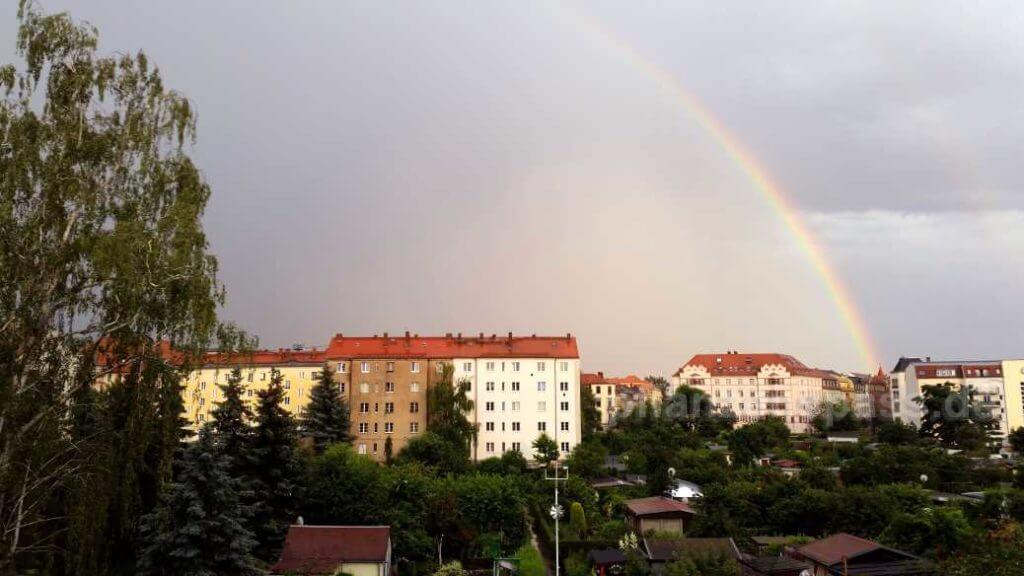 Regenbogen nach dem Gewitter über dem Garten